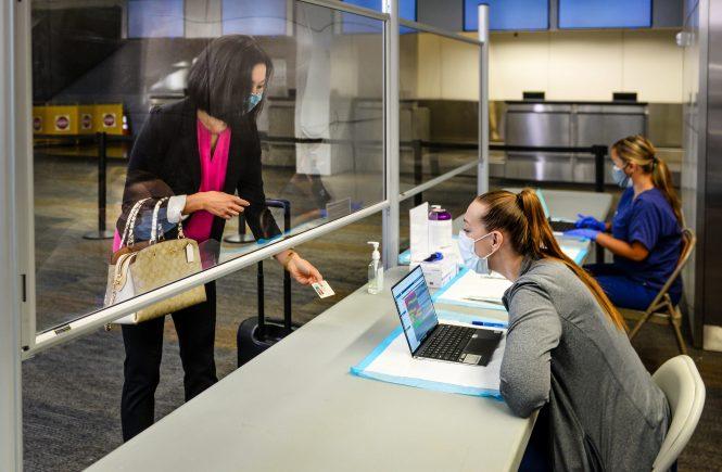 United Airlines führt als erste Fluggesellschaft kostenlose COVID-19-Tests für Transatlantikflüge ein