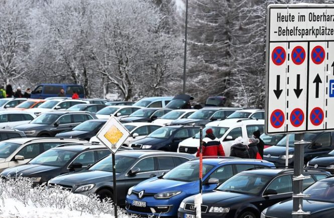 Der schneebedeckte Harz lockt Besucher in Massen an.