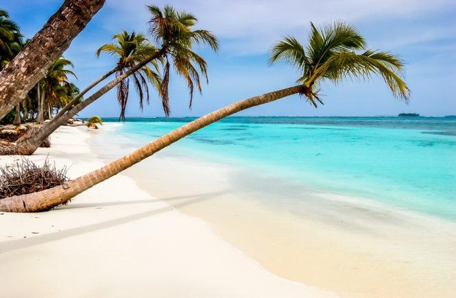 """Buchungsinformation und Preisbeispiel Die Langzeitkreuzfahrten in die Karibik sind zu den folgenden drei Terminen buchbar: 31.10. bis 05.12.2021, 12.12. bis 19.01.2022 sowie 19.01. bis 23.02.2022. Die 35-tägige Reise """"Karibische Inseln ab Bremerhaven 1"""" vom 31.10. bis 05.12.2021 führt die Gäste ab Bremerhaven, über die Azoren in die Karibik. Dort macht sie Halt auf Tortola, St. Maarten, in Isla Catalina und La Romana (beides Dominikanische Republik), auf Aruba, Curaçao, Bonaire und St. Lucia, bevor sie mit Zwischenstopp auf Madeira wieder nach Bremerhaven zurückkehrt. Die Kreuzfahrt kostet in einer Innenkabine ab 2.799 Euro pro Person, in einer Balkonkabine ab 3.299 Euro pro Person. Auf allen Reisen ist das Premium Alles Inklusive-Angebot enthalten."""